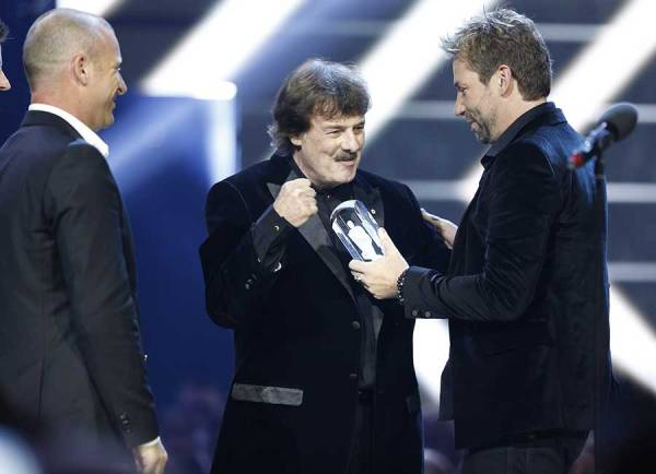 Nickelback presents Burton Cummings with his Hall of Fame JUNO.